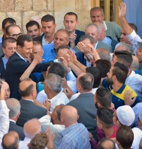 Präsident beim Verlassen der Moschee in Hamâ, Photo: SANA