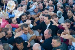 Dr. al-Assad in al-Qâra nach der Zeremonie, Photo: SANA