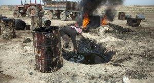 Ausplündern der Ölquellen, Photo: AFP